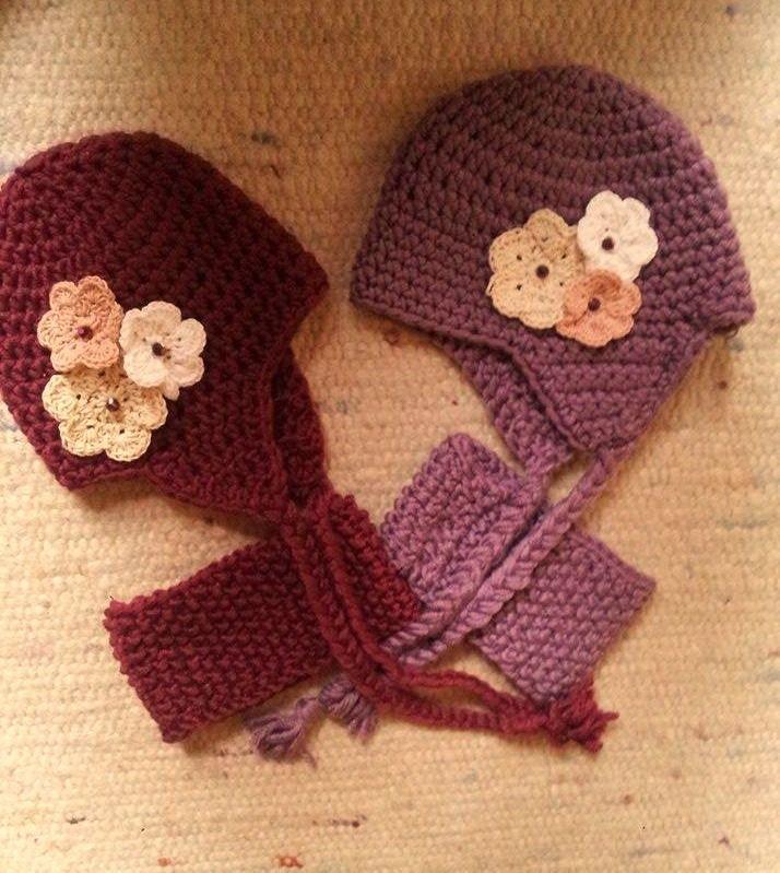 Ikerbabalányoknak készült puha virágos sapkák és a hozzájuk tartozó nyakmelegítők. Igazi téli darabok, és mégis őriznek a tavaszból egy kis darabot.