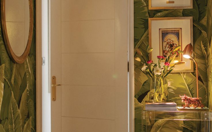 Bito feris decoraci%c3%b3n dise%c3%b1o estudio pasillo rincon papel mural tropical exotico verde hojas planta verde mesa acrilico transparente dorado