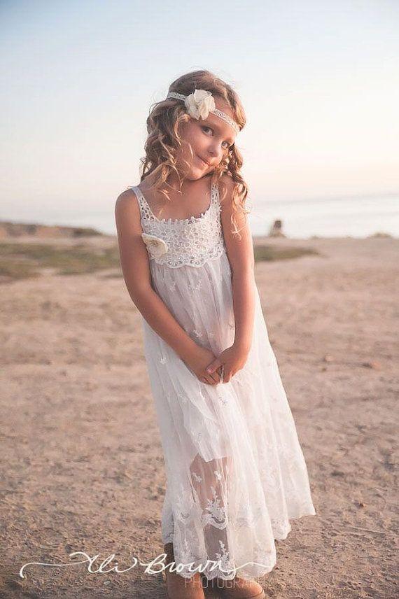 Met een mooie vintage geïnspireerde blik is deze jurk perfect voor een klein meisje en gelegenheid! U zal vallen in liefde met deze super chique vrouwelijke boho geïnspireerde jurk met prachtige licht ivoor Gehaakt topje, delicaat kant versiering, en versierd met een mooie vintage geïnspireerde verfraaid licht ivoor bloem. De jurk is volledig gevoerd en is voorzien van een haak stropdas sluiting. Zo lief, mooi en perfect.  {Perfect voor} Land bruiloften Beach trouwen Bloem meisjes Zondag…