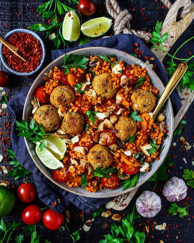 Türkischer Bulgursalat mit Cashew-Falafel, Feto und Mandelblättchen (turkish bulgur salad with cashew falafel)