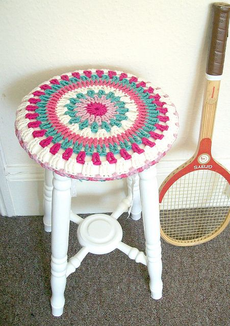 Make a #crochet stool cover for your home. This would also work for a little boy or girl's step stool. The round design is a fun look.