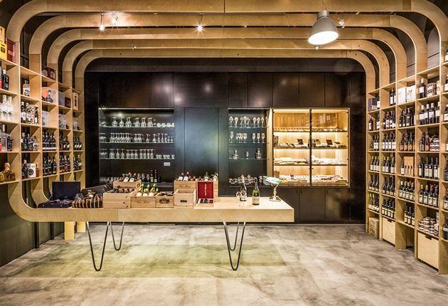 Obchod Kratochvílovci: žebra z překližky nahrazují regály na víno, v nichž jsou...