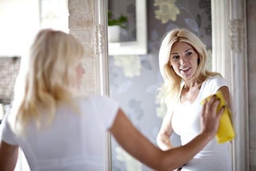 Nettoyer un miroir de salle de bain