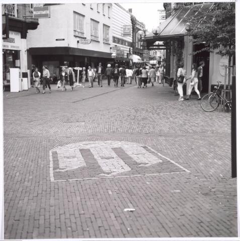 Ter hoogte van de Oude Markt werd in 1982 op de voorgrond met stenen het stadswapen van Tilburg gevormd.