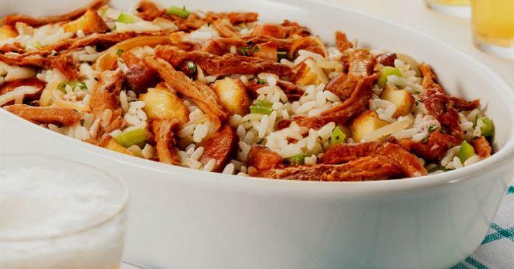 Prepare uma receita arroz de carreteiro saborosa e coloque pedaços de cupim cozido para incrementar. Esse prato incrível leva em seu preparo linguiça defumada, bacon e queijo coalho. O tempo de preparo é de apenas 45 minutos. Veja também Como temperar carne para churrasco: dicas