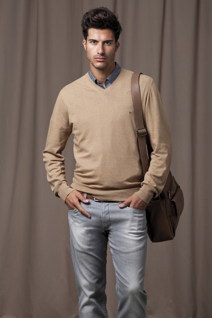 Grey Jeans, dark grey shirt, beige jersey and brown leather bag with shoulder strap