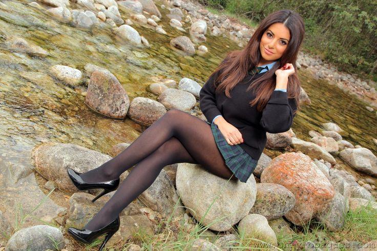 фото красивых девушек в колготках сидя на корточках