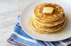 Frittelle Americane PancakesIngredienti per 10 pancakes 1 uovo latte 185 ml a temperatura ambiente burro 30 gr farina 125 gr zucchero 15 gr (oppure miele) lievito in polvere 5 gr sale 2,5 mg sciroppo d'acero (oppure miele o topping al cioccolato)