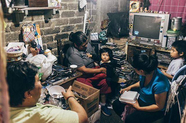 A look inside.     #mexicocity #ciudaddemexico #cdmx #cdmx #streetphotography #streetphotographymagazine #streetphotography_mexico #ciudaddeméxico #fujifilm #fujix100f #x100f #streetphotographyinternational #streetphotographyincolors #familyphotography #mexicodf #méxico #mexicolors #igersmexico #mexicano  #cdmx_oficial  #peopleinframe #peopleinsquare #peoplephotography #travelgrams #visitmexico  #traveltime #travelguide #nomads #travelholic