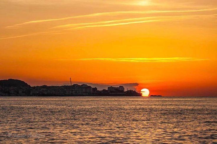 #Repost  Thanks! @jaumeandujar  El sol es torna a llevar aquest si que no es dorm jejejej bon dia!!  #ok_catalunya#sunset_in_bl#ok_sunset#sunrise_sunsets_badalona#ok_landscape#sunset_super_pics#sunset_stream#poblescatalans#sky_sunset_b#total_catalunya#igersgirona#gf_skies#natura_catalunya#igmw_skies#catalunyaexperience#world_beautiful_skies#descobreixcatalunya#catalunya_llum#poblacions_de_catalunya#catalunya_fosca#fever_skies#palamosonline #palamos #palamós #costabrava