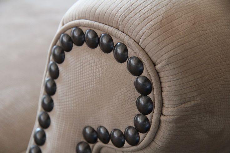 Ogni borchia viene messa singolarmente per creare un decoro su braccioli e schienale