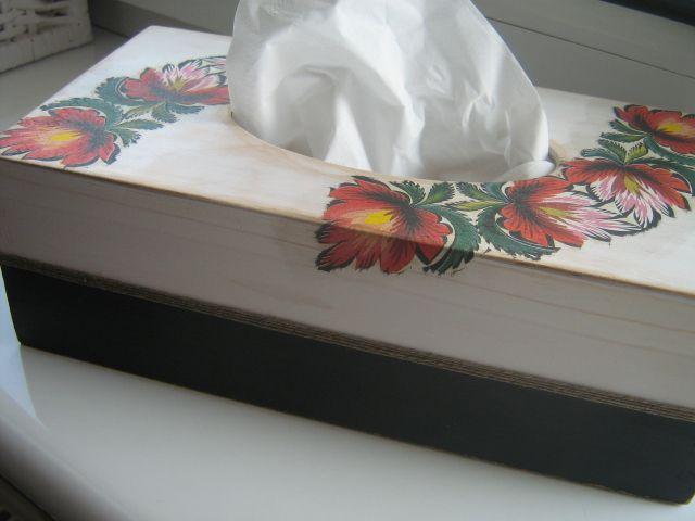 Drewniane pudełko na chusteczki higieniczne  z motywem łowickim, zdobione metodą serwetkową.