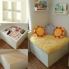Kleine Kuschelecke mit integriertem Stauraum. So pimpst du dein Kallax Regal für das Kinderzimmer.
