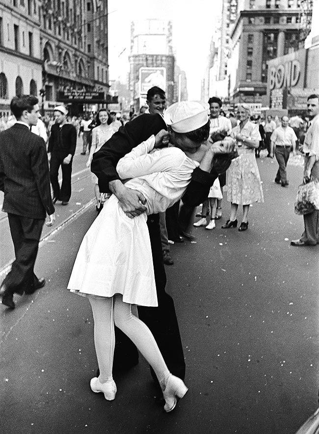 Legendario beso entre un soldado de la Marina de EEUU y una enfermera, que inmortalizó el fotógrafo Alfred Eisenstaedt para 'Time Life' al término de la Segunda Guerra Mundial.