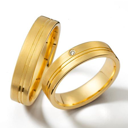 Clásico y lindo diseño con finos detalles acanalados y diamante en oro amarillo de 18k