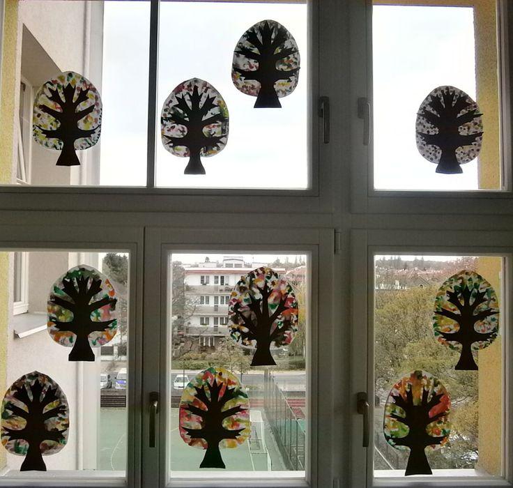 Podzimní stromy - zapouštění anilinových barev do naředěné klovatiny.