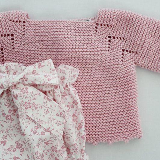 Outfit verano en el norte: jersecito de algodón tejido a mano + camisita + pololos •www.mamamadejas.com• #babygirl #bebe #kidsstyle
