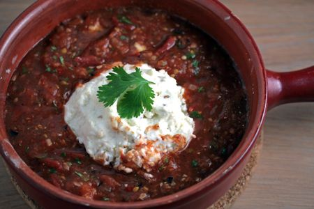 In de oven gebakken salsa met geitenkaas