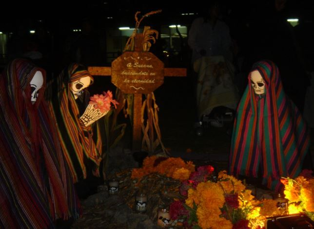 dayofthedead women at grave