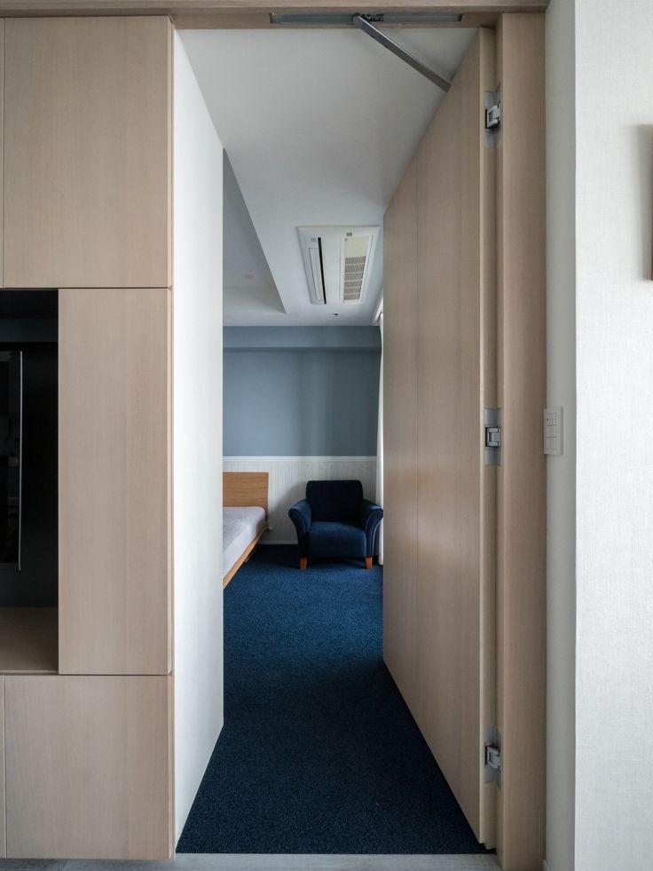 望楼の家 リビングのテレビボードの一部は寝室への隠しドアになっている 家具 / 寝室 / ベッドルーム / 隠れ部屋 /青 / リフォーム / リノベーション / マンション