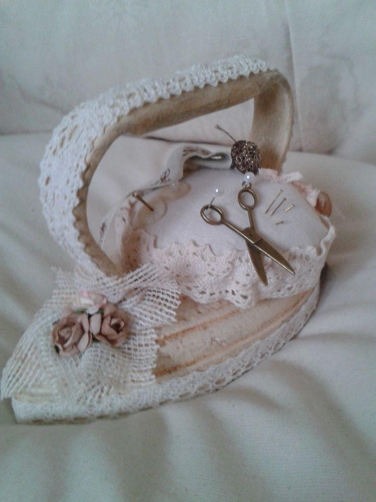 Van oud ijzer strijkijzer speldenkussen gemaakt....Nelleke Verkouuter