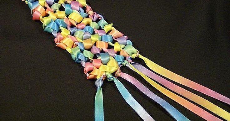 Como fazer um cachecol de fita. Você pode fazer cachecóis de tricô, de crochê, tecendo ou até mesmo de macramé usando fitas. Para a primavera, um lenço de fita estreita nas cores do arco-íris combina com qualquer roupa sem pesar.