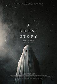Apparaissant sous un drap blanc, le fantôme d'un homme rend visite à sa femme en deuil dans la maison de banlieue qu'ils partageaient encore récemment, pour y découvrir que dans ce nouvel état spectral, le temps n'a plus d'emprise sur lui.