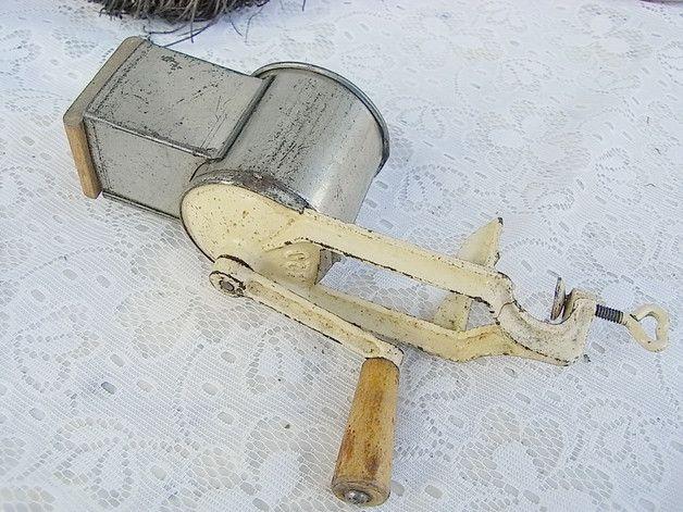 *Granny's alte Küchenmaschine*  Alte Mühle / Reibe für die Zuckerbäckerei. Dekoratives altes Schätzchen für's Küchenbord.  Shabby, wie dem Haushalt entnommen, mit einigen Mahlgutkrümeln innen,...