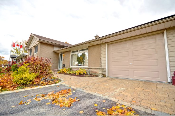 Neutral colours and interlocking brick warm up the curb appear of the home. The attached 1-car garage has backyard access.  #Orangeville #OrangevilleOntario #OrangevilleRealEstate