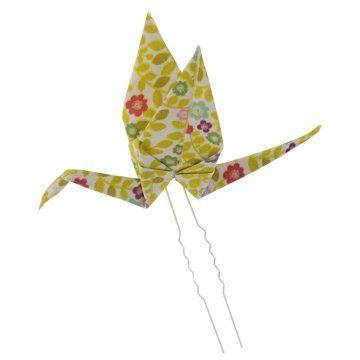 une pique à chignon customisée une grue en origami en tissu