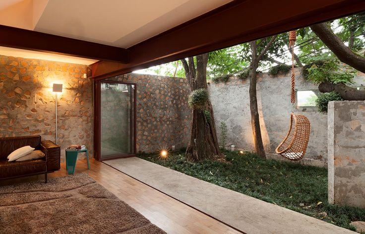 Small walled garden Casa Itobi por Apiacás Arquitetos - http://www.galeriadaarquitetura.com.br/projeto/apiacas-arquitetos_/casa-itobi/722#