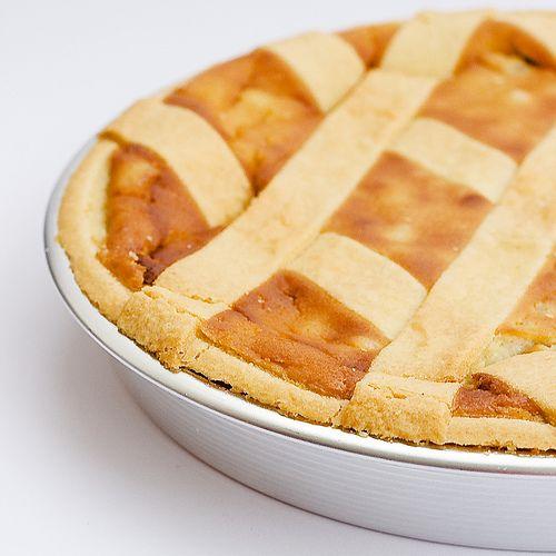 La pastiera, il tipico dolce della tradizione napoletana del periodo di #Pasqua. Una torta di fragrante pasta frolla farcita e un morbidissimo impasto a base di ricotta, zucchero, uova e grano cotto.