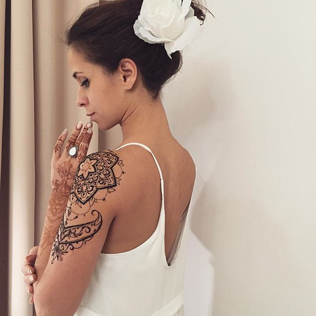 Tenderness  Another picture with @fyoklamehndi #henna sleeve #veronicalilu