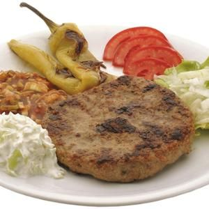 www.Zmenu.net: Töltött Pljeskavica: Sajttal töltött, grillezett darált borjúhús (180g vagy 250g), friss lepénnyel és választható ingyenes salátákkal