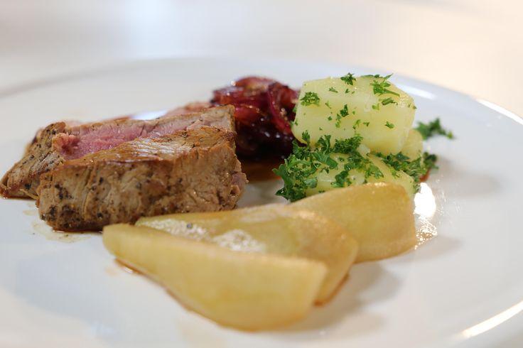 Bekijk hier het recept: http://njam.tv/recepten/kalfsgebraad-met-peren Presentator en foodie Gert Verhulst staat vandaag aan de zijde van kwieke vos Jan Buyt...