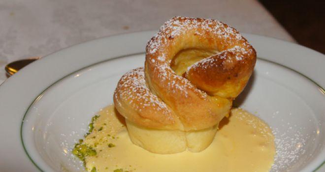 Zabaione di uova mochene con torta di rose alla marmellata di clementine