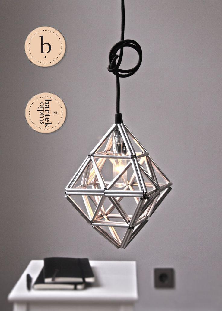 TIE TANGLES 3.0 Tie-Tangles is een serie van 5 compacte, sfeervolle hanglampen.  De naam weerspiegelt het productieproces:  3 aluminium buisjes worden samengebonden tot een driehoek. De driehoeken zijn de modulaire eenheden van het systeem.  Door samenvoeging van meerdere driehoeken ontstaan driedimensionale vormen.