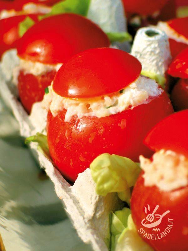 I Pomodori ripieni con tonno e ricotta sono un piatto gustoso e delicato, perfetto quando si ha voglia di freschezza e di qualcosa di sfizioso!