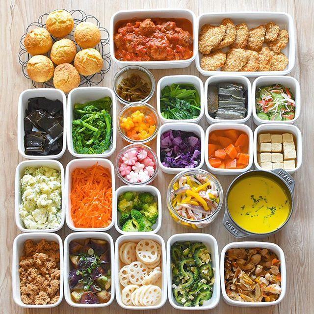 * 3月12日 スコーン 肉団子のトマト煮 あげないヒレカツ 昆布の佃煮 ゆで菜の花 伽羅蕗 飾り切り にんじん ゆで小松菜 生麩のやいたん かにかまときゅうりあえ 飾り切り 赤かぶ 紫白菜の浅漬け にんじんのおかか煮 高野豆腐の含め煮 ディルポテトサラダ にんじんの塩麹マリネ ゆでブロッコリー いかとパプリカのマリネ かぼちゃスープ ツナそぼろ なす南蛮 酢れんこん ゴーヤのチーズおかかあえ 鶏ごぼうごはんの素 . . ずーっと焼きたかったスコーン ようやく 頂き物の成城石井のミックス粉です かにかまは月曜にマヨあえにして 残りを酢の物にするので 味付けてません。 ディルポテトサラダ まさにディルとマヨにレモン汁 塩胡椒だけで味付け。 気持ちおいしい酢入れてます。 ふかしいもにヨーグルト入れた ディルソースも美味しいんですが お弁当なのでお酢も足してポテサラに . . 明日からまたよろしくお願いします✨ . . ・・・・・・・・・・・・・・・・ #常備菜#常備菜弁当#作り置き#作り置きおかず#おうちごはん#お弁当#おかず#日常#手作り#yummy...