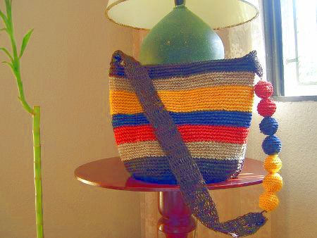 * Hermosa Bolsa de Mano. Miren la correa de mano con una banda a un lado y bolitas al otro. /  * Lovely Handbag - Look at the holder; it's a band on one side and a set of stuffed balls on the other. [Fotos de tejido a Crochet Hortencia Guelbreth]