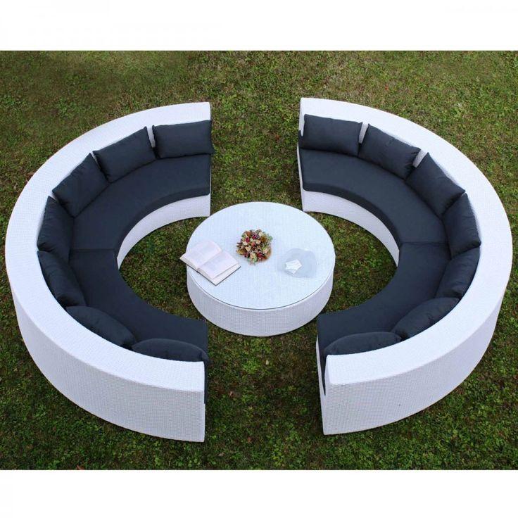 Atol. Elegante set da giardino composto da due divani a semicerchio e un tavolino. I divani sono da sette posti ciascuno e hanno una struttura in alluminio rivestito in rattan sintetico; la seduta è completamente ricoperta da due cuscini della stessa forma del sedile, mentre lo schienale è reso morbido da sette piccoli cuscini. Il tavolino ha anch'esso la struttura in alluminio rivestita in rattan sintetico e il piano è in vetro.