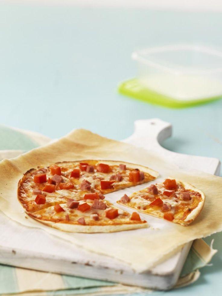 Op Instagram, blogs en zelfs in het kookboek van Jamie Oliver: overal zien we tortizza's opduiken. Tortizza, zeg je? Dat is een pizza met een bodem van tortilla. Lekker, snel, makkelijk en heel budgetvriendelijk. Ontdek hier het recept!