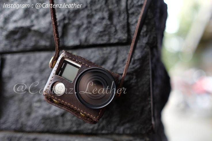 *Leathercase gopro hero 4*  - Bahan 100% Asli Kulit Sapi (Pull Up) - Handmade / dibuat dengan tangan - Pemesanan 3-4 hari pengerjaan - Tersedia warna : dark brown - Free ongkir untuk 10 orang pertama   Kelengkapan : - Box - Genuine leathercase - Strap panjang    info lebih lanjut via : whatsapp : +62856 - 4351 - 2302 ig : cartenz.leather line : @wcu9156z (fast respon)  #leathercase #gopro #cartenz #leather