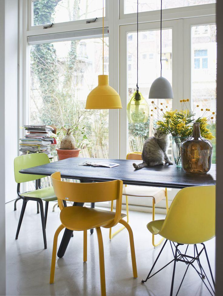 Gele stoelen aan de eettafel | vtwonen
