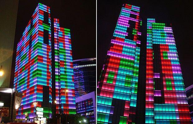Dexia Tower, Bruxelas, Bélgica. Todo iluminado por LEDs, esse edifício aponta como estará o clima no dia seguinte de acordo com as cores. São 72 mil lâmpadas que ficam atrás de 4.200 janelas da torre e cada cor representa uma quantidade de graus de temperatura. Cores frias, como o violeta e o azul, anunciam uma queda de temperatura, enquanto as mais quentes, como o amarelo, o laranja e o vermelho, prometem calor. O projeto é da empresa belga Lab-au.