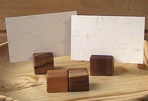 木のカード立て 作品名:木のカード立て サイズ:一辺の長さ約20㎜~28㎜ 材 質:サクラ、ケヤキ、チーク、トチ 仕上げ:自家調合オイル(樟脳油2:油性ニス2:ボイル油1) 解 説:「アングラ倉庫」からリクエストがあり、銘木の端材でカード立てを作った。 切り込みを少し斜めにしたところがミソ。