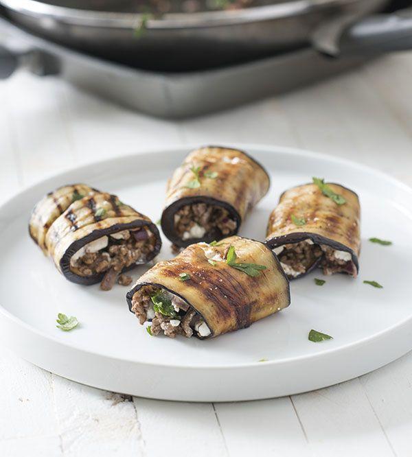 Aubergine rolletjes met gehakt, herfstige kruiden en cottage cheese. Deze auberginerolletjes zijn heerlijk als bijgerecht, of met wat sla en tomaat als lunch