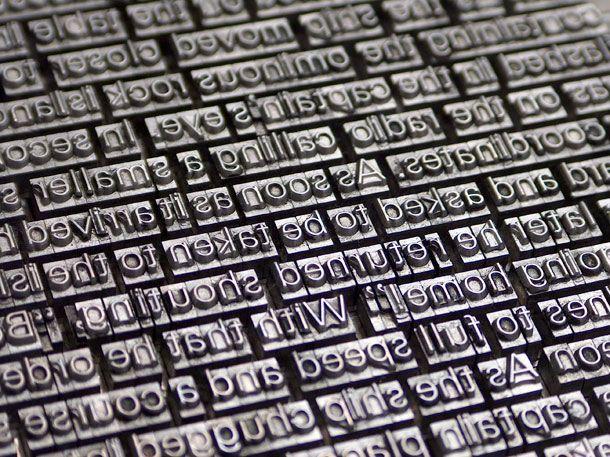 En el Siglo XV los monjes compistas, o amanuense, quienes transcribían manuscritos en instituciones coloniales y religiosas como en la Iglesia Católica, fueron sustituidos por la imprenta de tipos móviles de metal, inventada por Johann Gutenberg, que permitió la impresión en serie y la difusión del pensamiento.