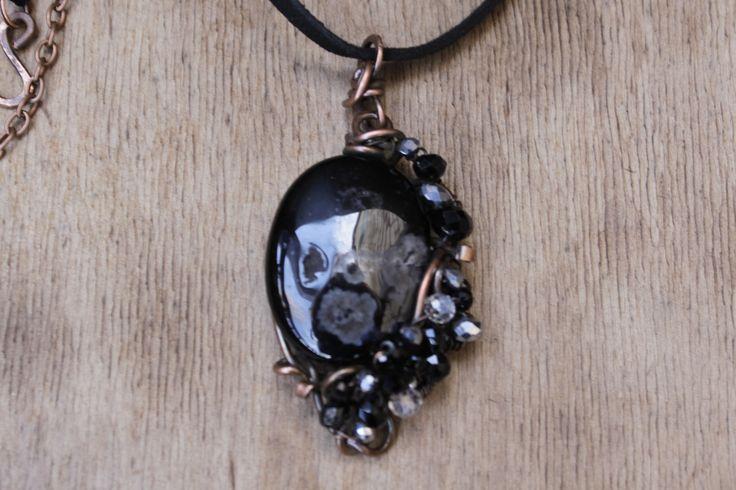 """Pendentif """"Nuit"""" est faite dans la technique de wire wrap avec une pierre d'agate et perles de cristal à la Taille : Pendentif par cuivre-bijoux"""