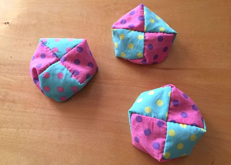 赤ちゃんからご年配の方まで世代を超えて楽しめるお手玉。小学校の昔遊び授業や幼稚園のバザーでも人気です。今回は、ハギレ4枚でできる昔ながらの座布団型お手玉の作り方をご紹介します。直線に縫うだけで簡単に作れるので、お好きな布…